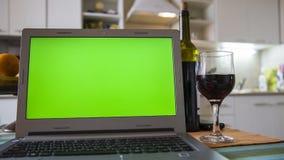 Bärbar dator på köksbordet royaltyfri fotografi