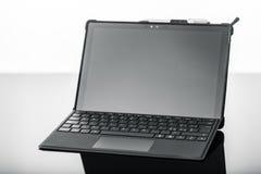 Bärbar dator på mörk yttersida Arkivfoton