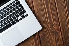 Bärbar dator på skrivbordet arkivfoto