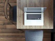 Bärbar dator på tabellen i ett kafé Royaltyfria Bilder