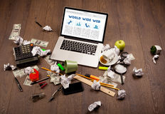 Bärbar dator på träskrivbordet med kontorssuplies Arkivbild