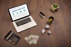Bärbar dator på träskrivbordet med kontorssuplies Arkivfoton