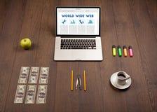 Bärbar dator på träskrivbordet med kontorssuplies Arkivfoto