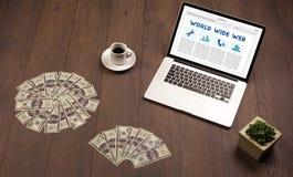Bärbar dator på träskrivbordet med kontorssuplies Royaltyfria Bilder