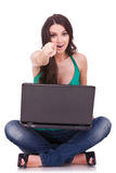 bärbar dator som pekar kvinnan Arkivfoton