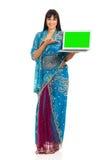 bärbar dator som presenterar kvinnan Arkivfoto