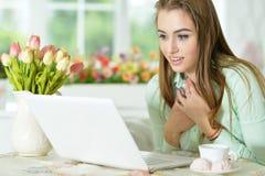 bärbar dator som ser kvinnabarn Royaltyfria Foton
