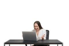 bärbar dator som ser kvinnan Arkivfoton