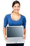 bärbar dator som visar den le kvinnan Royaltyfria Bilder