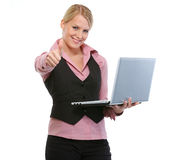 bärbar dator som visar tum, up kvinnan Royaltyfri Fotografi