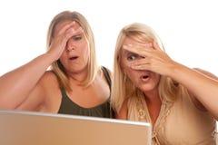 bärbar dator stöde två användande kvinnor Fotografering för Bildbyråer