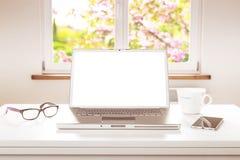 Bärbar datordator med den tomma skärmen, fönsterbakgrund Arkivfoto