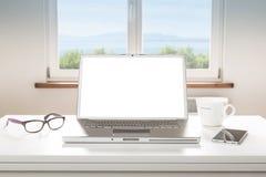 Bärbar datordator med den tomma skärmen, fönsterbakgrund Royaltyfria Bilder