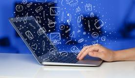 Bärbar datordator med hand drog symboler och symboler Arkivfoton