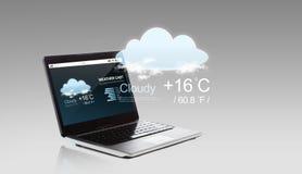 Bärbar datordator med väderensemblen på skärmen Fotografering för Bildbyråer