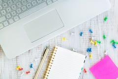 Bärbar datordator på det vita arbetskontorsskrivbordet arkivbilder