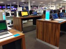 Bärbar datordator som är till salu i ett lager Royaltyfria Bilder