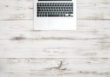 Bärbar datordatortangentbord över träskrivbordet Kontorsbakgrund royaltyfri bild