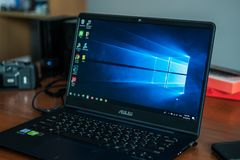 Bärbar datordatorvisning dess skärm med Microsoft Windowslogo på skrivbordet fotografering för bildbyråer