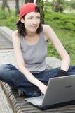 bärbar datordeltagaretonåring Arkivbild
