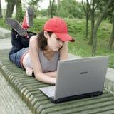 bärbar datordeltagaretonåring Fotografering för Bildbyråer