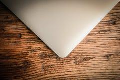 Bärbar datorhörn på trätabellen Arkivfoto
