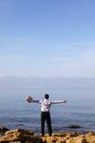 bärbar datorman nära havet Royaltyfri Fotografi