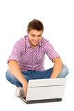 bärbar datorman som använder barn Arkivbild