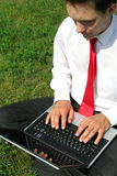 bärbar datorman som använder utomhus Royaltyfria Bilder