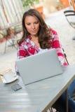 Bärbar datormaskinskrivningkvinna Arkivbild