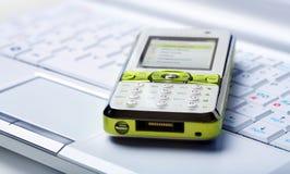 bärbar datormobiltelefon royaltyfri foto