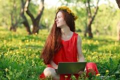 bärbar datorparkkvinna royaltyfri bild
