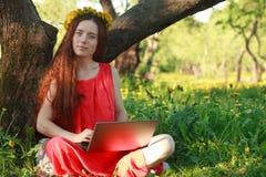 bärbar datorparkkvinna royaltyfria bilder