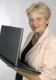bärbar datorpensionärkvinna Royaltyfria Foton