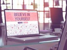 Bärbar datorskärmen med tror i dig begrepp Royaltyfri Bild