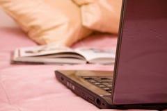 bärbar datorsofa Royaltyfri Fotografi