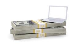Bärbar datorställning på packe av dollar Royaltyfri Foto