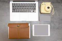 Bärbar datortangentbord, gul kamera, anteckningsbok, minnestavla och smartphone royaltyfria bilder