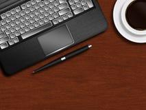 Bärbar datortangentbord, penna och kopp kaffe på träskrivbordet Royaltyfri Foto