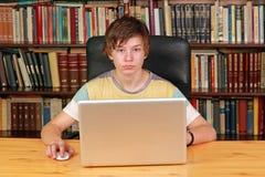 bärbar datortonåring arkivfoto