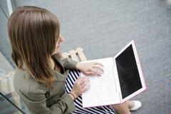 bärbar datorworking Royaltyfri Foto