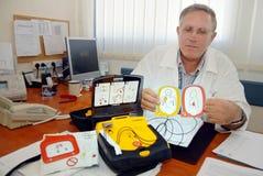 Bärbar defibrillator Arkivbilder