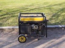 Bärbar gul diesel- generator på gatan royaltyfri bild