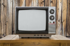 Bärbar television och tabell för tappning med den lantliga kabinväggen Arkivfoton