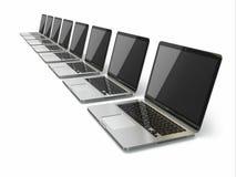 Bärbara datorer i rad på vit bakgrund vektor illustrationer