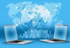 Bärbara datorer, jordklot och världskarta skyskrapor på blått Royaltyfri Bild