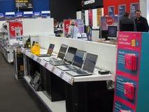 Bärbara datorer som är till salu i ett lager. royaltyfri foto