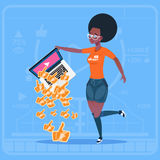 Bärbara datorn för afrikansk amerikanflickahållen med tummen upp den populära kanalen för den moderna videopd BloggerVlog skapare royaltyfri illustrationer