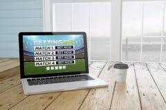 bärbara datorn med direktanslutet bor slå vad websiten på skärmen med portbaksida Royaltyfri Fotografi