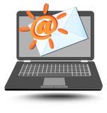 Bärbara datorn med på tecknet stiliserade som sol- och brevskickandekuvert Arkivfoto